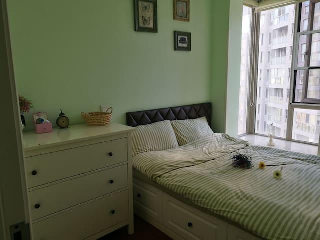 您们的房间,很温馨哦。床垫和床单面料都是精心挑选的!~