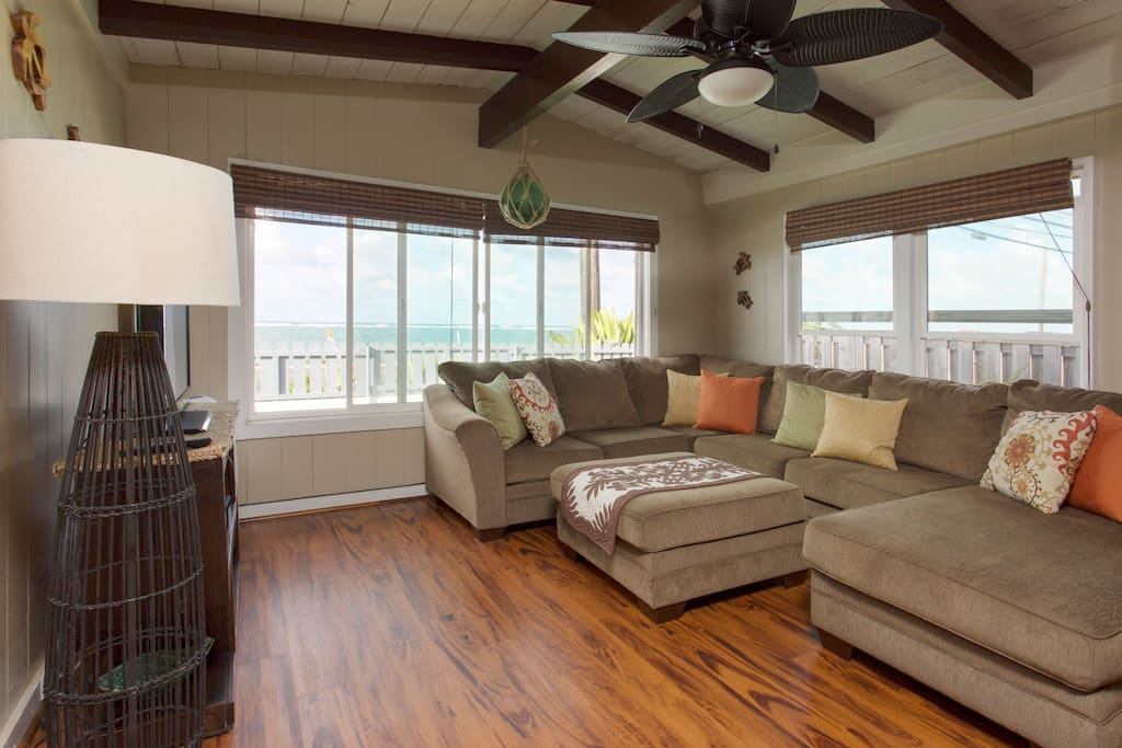 Turtle Bungalow: Living Room (Ocean View).