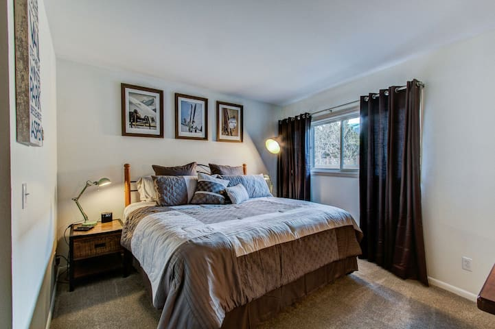 Ski In/Walk out, King Bedroom, Near Everything! - Breckenridge