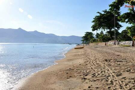 Casa tranquila, a dez minutos da praia...