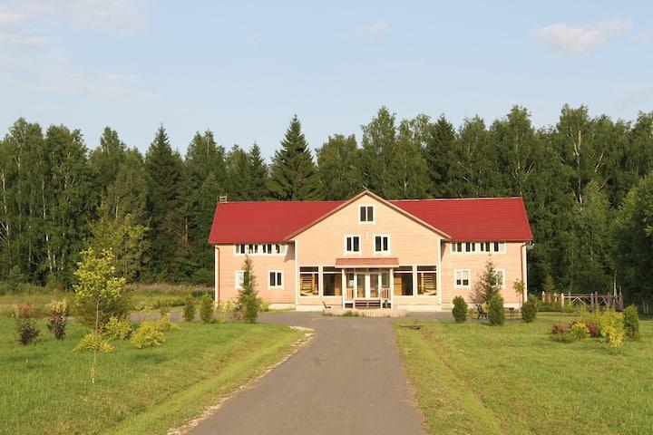 Большой дом у леса для отдыха и мероприятий