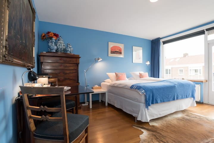 Stylish room with Delft Blue vases, very comfortable bed , airconditioning and a private ensuite bathroom.