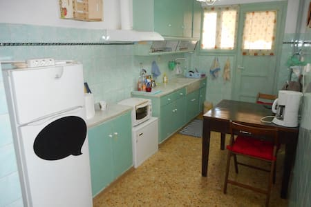 large retro apartment near the center of Athens - 卡利地亚 - 公寓