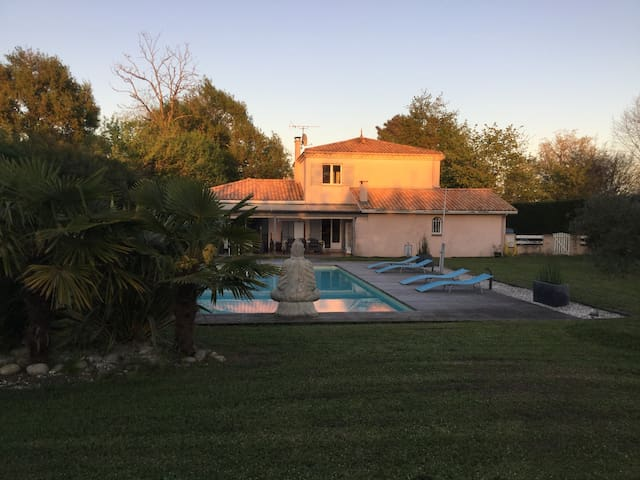 Beautiful house with a pool next to Bordeaux - Parempuyre - House