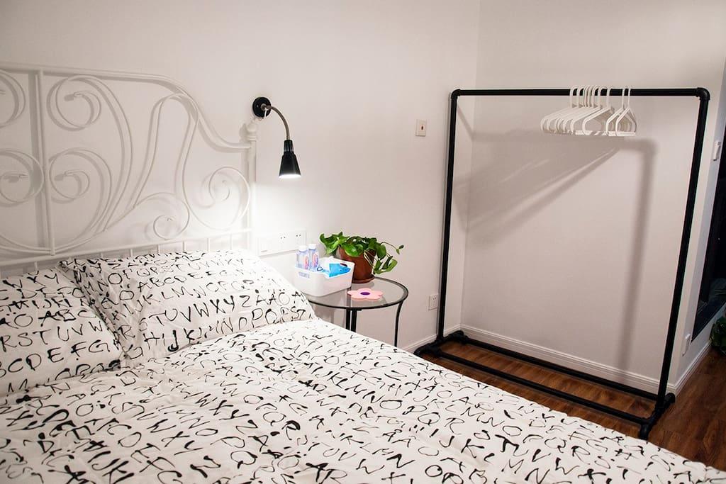 主卧室床和衣架The master bedroom bed and Nordic hanger