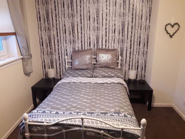 Double room close to airport (GLA)