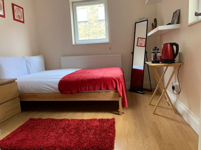 Spacious, Double En-Suite Room in Lovely Highgate