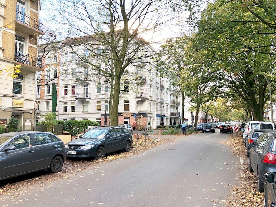 Die schöne Zimmerstrasse mit vielen Cafes und Restaurants (Ausblick vor dem Eingang)