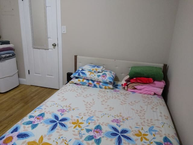 Bedroom 15 minutes from Central Park