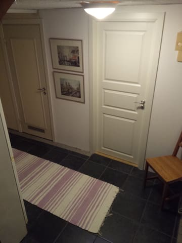 B. Quiet twin room in villa basement, w. entrance - Linköping - Huvila