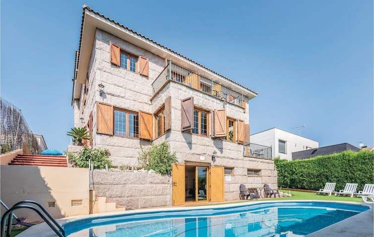 Holiday cottage with 7 bedrooms on 400m² in Alella