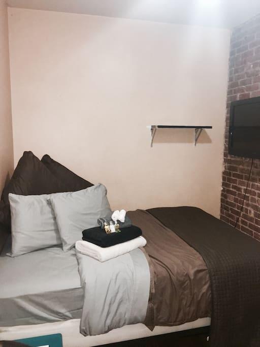 Bed room (queen bed)