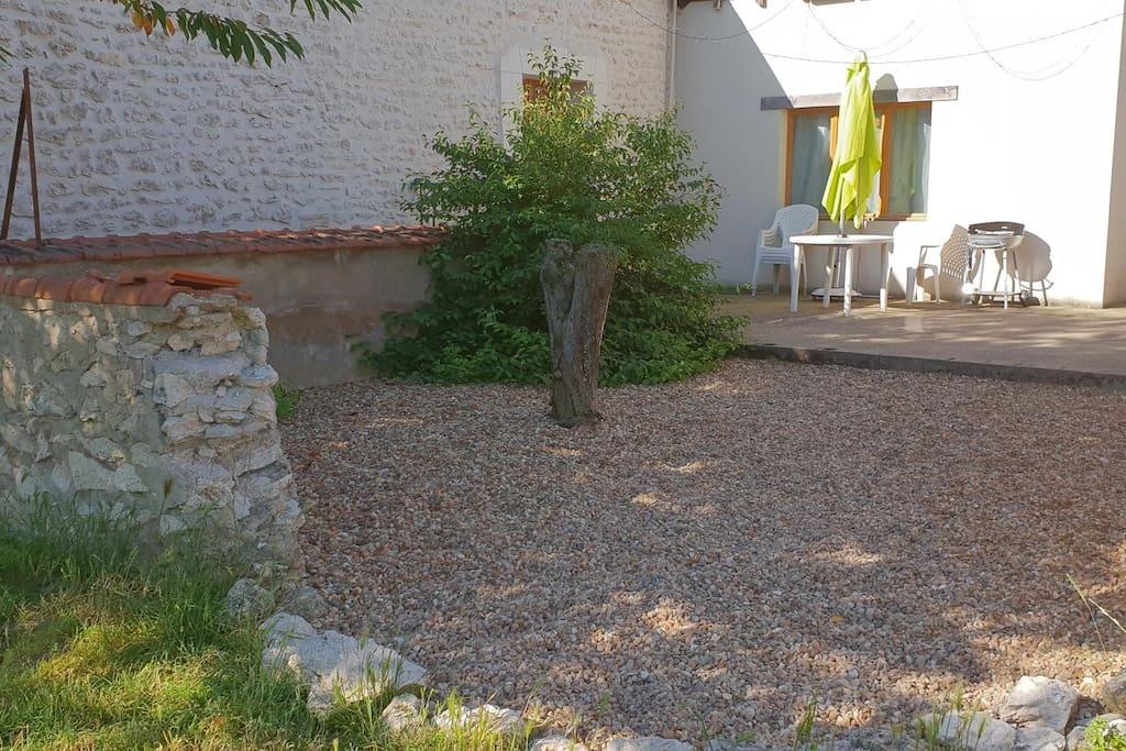 Petite cour à l'arrière de la maison, accès terrasse