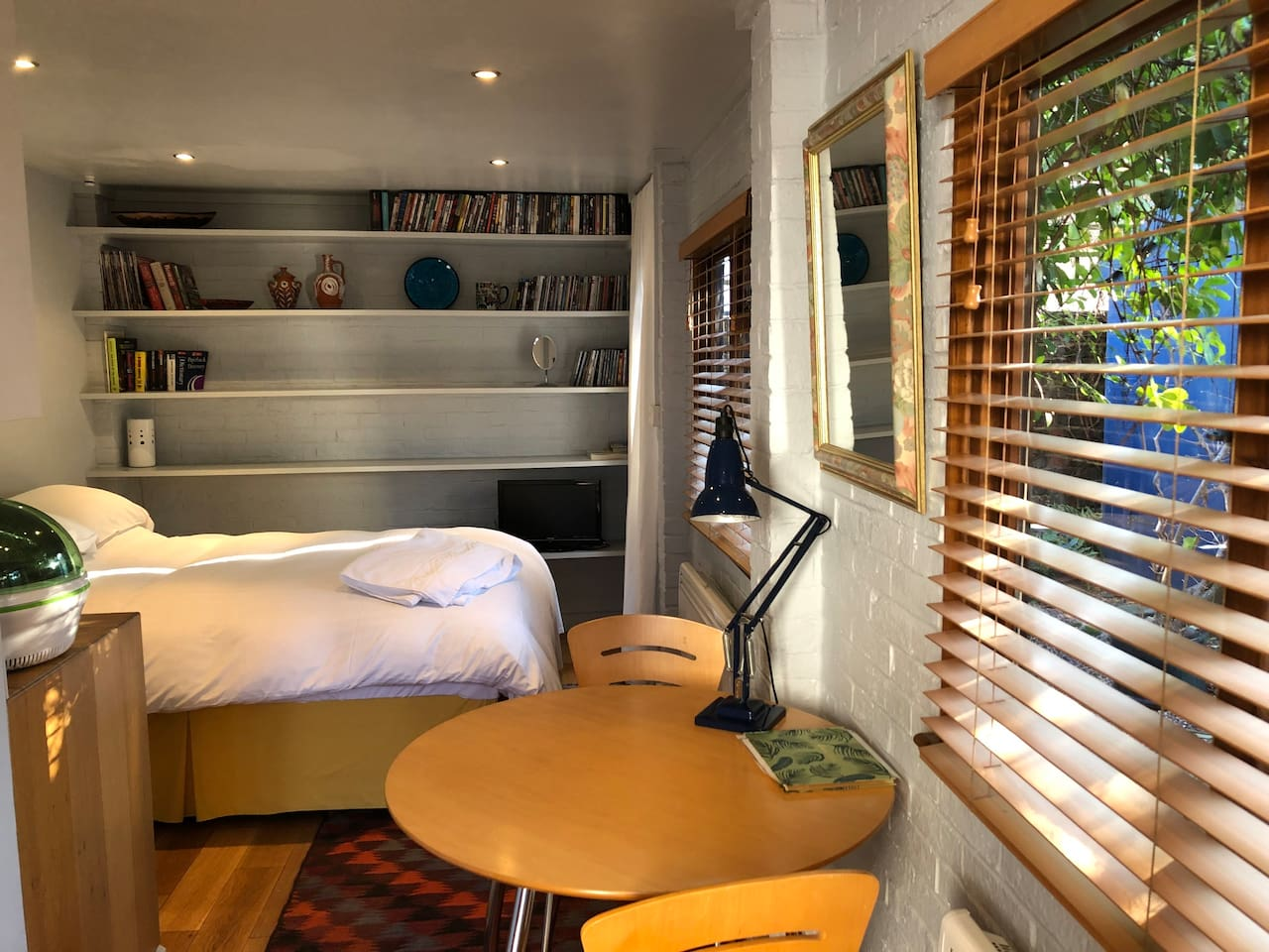 Stylish room in a perfect location just off Chiswick High Road