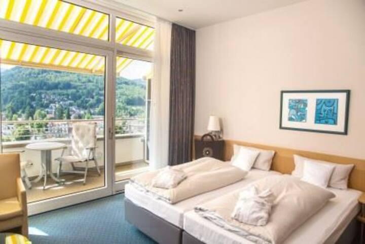 SCHWARZWALD PANORAMA, (Bad Herrenalb), Panorama Superior Zimmer mit Spa Tasche, WLAN und Balkon oder Sonnenterrasse