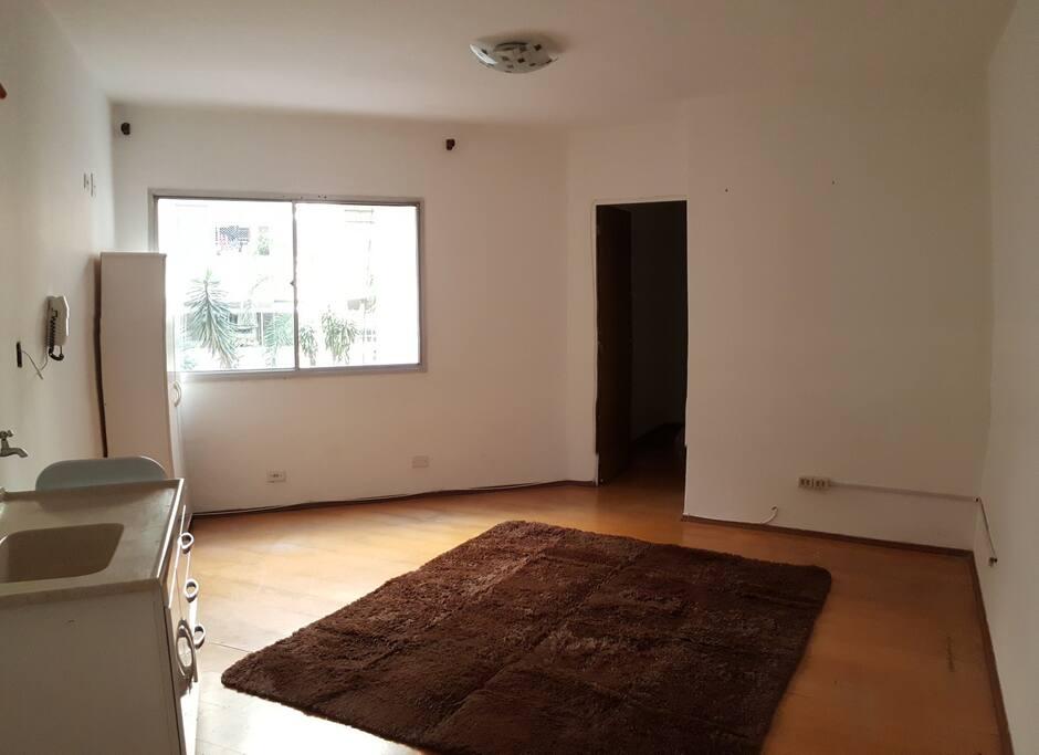 Sala / Cozinha e porta para o quarto
