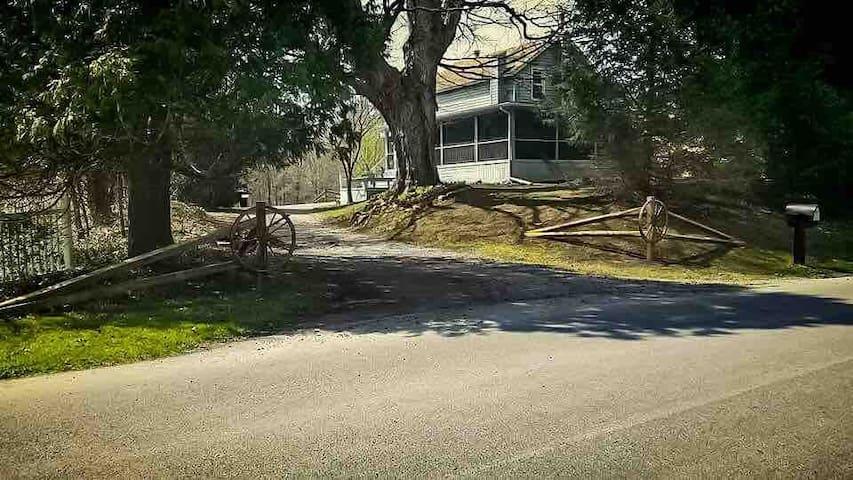 ★Black Creek Cottage ⌘ Spacious, Rustic Retreat★