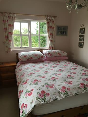 Pretty  bedroom with lovely views - Hadstock - Bed & Breakfast
