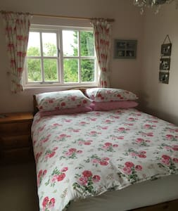 Pretty  bedroom with lovely views - Hadstock