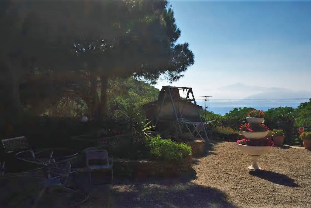 Ampio giardino vista mare