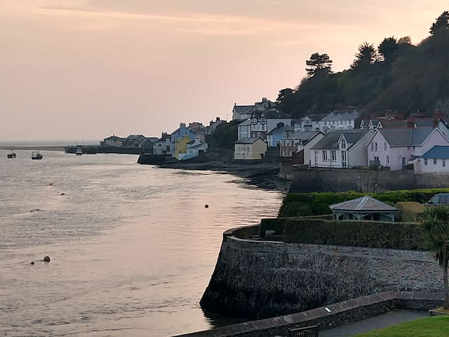 In Aberdovey SLEEPS 5, FAB LOCATION  whole cottage