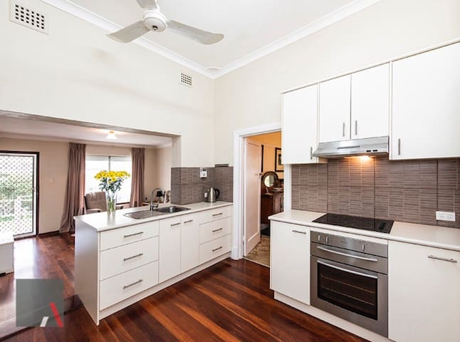 Cottesloe Beachside - Huge Private Family Room