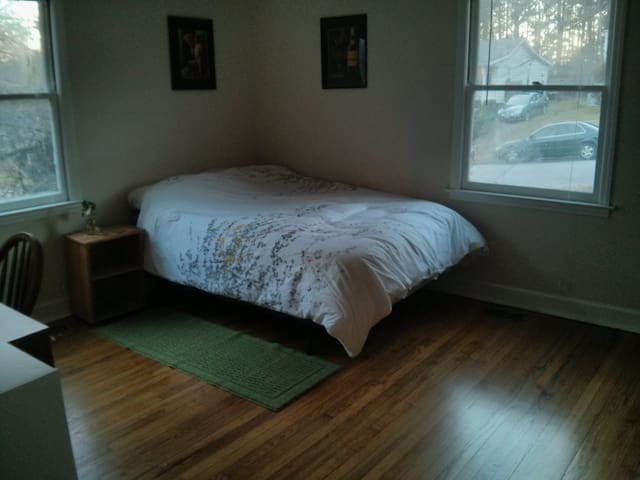 Nice room walking distance to Duke!