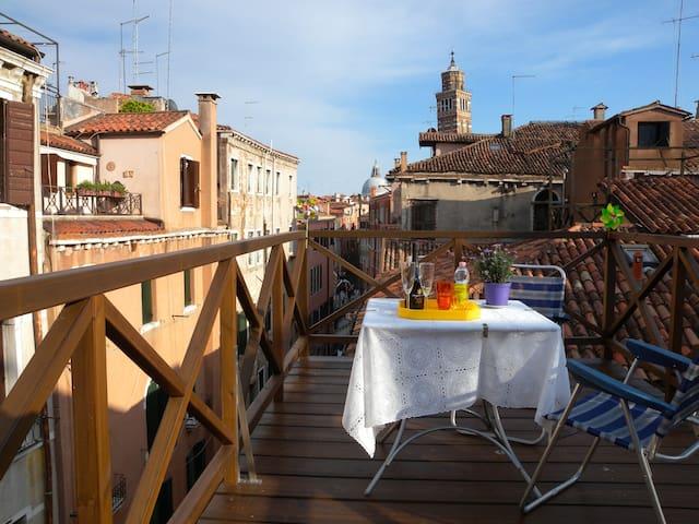 "Appartamento "" Casa Jazz"" con altane e terrazzino"