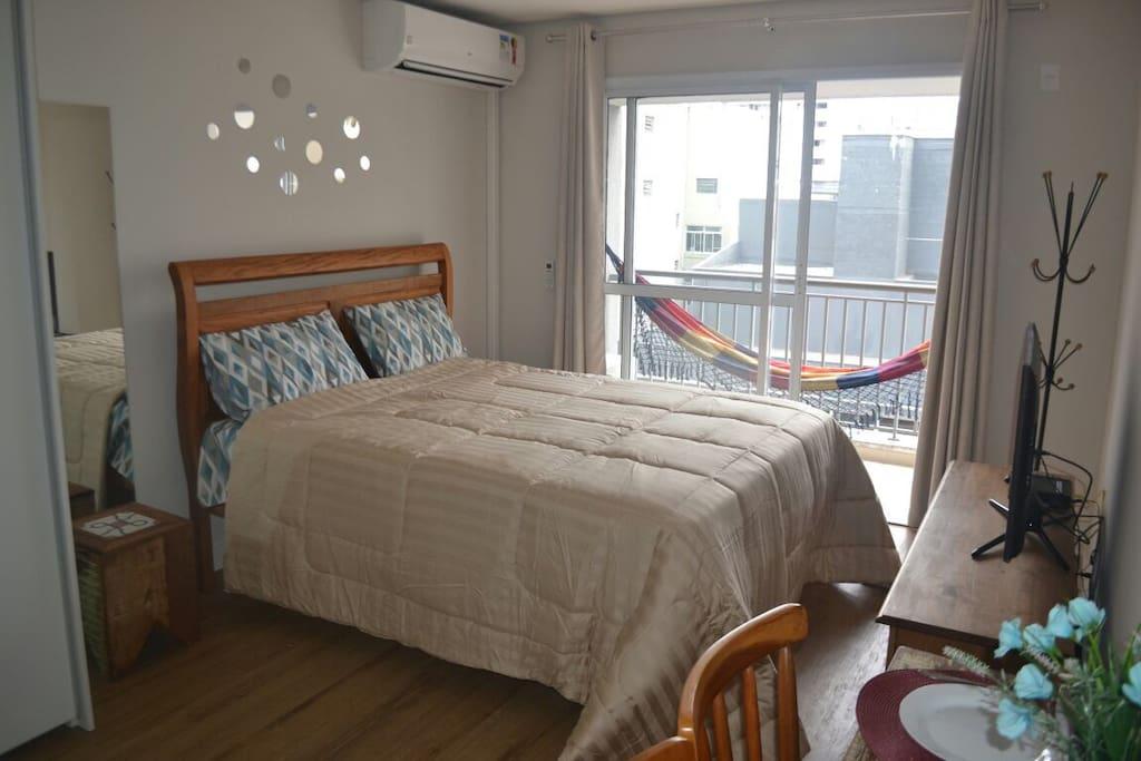 Quarto cama queen size, varanda, TV e ar condicionado (frio e quente).