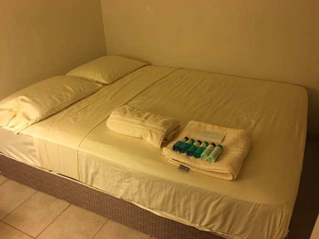 Queen Bed SM One - Safe, Clean at WoodCreek - Mililani - House