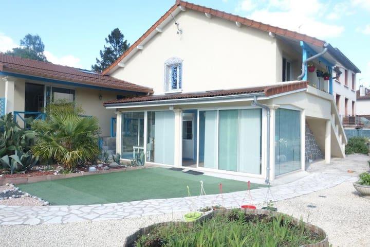 Villa bleue à 6 km de Limoges maison entière