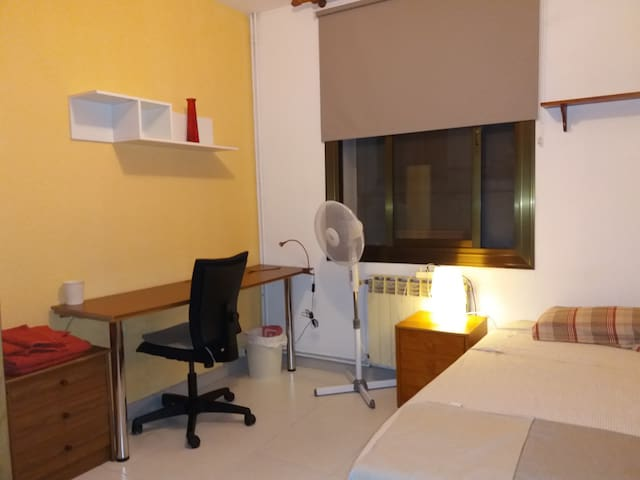 Welcoming Bedroom for Travelers/Students BCN