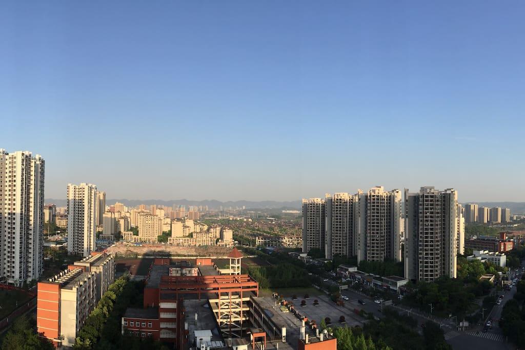 我在阳台用手机拍的…有时候重庆也是万里无云的