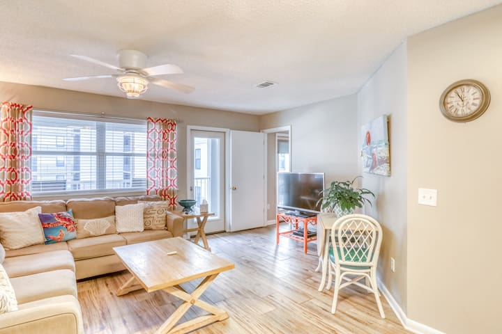 Gulf side condo w/ gulf views, beach access, and outdoor pool - great location!