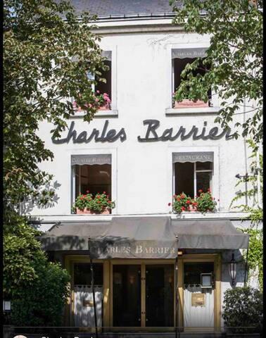 votre réservation  dans notre établissement vous ouvre un accès VIP au restaurant Charles BARRIER , un accueil personnalisé vous sera proposé. Merci de m'indiquer le nombre de personnes lors de votre réservation pour valider l'offre .