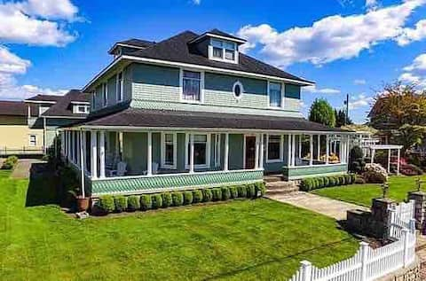 1903 Victorian with all modern amenities!