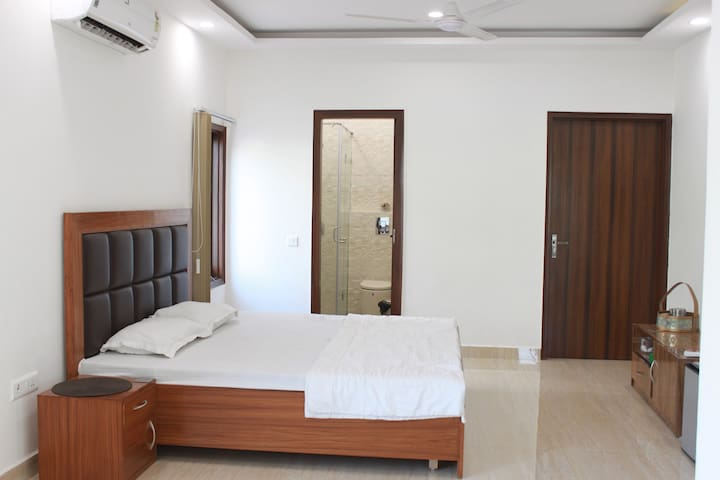 ★SuperHost Stay★ Huge Modern Room in Hauz Khas
