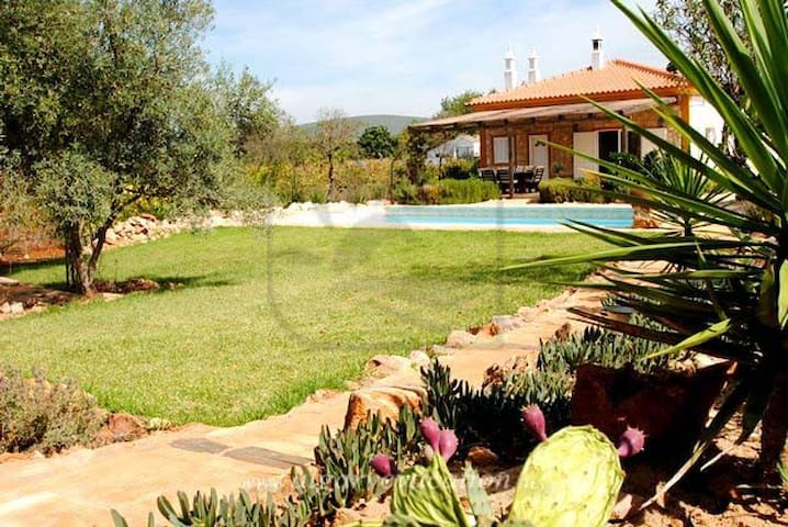 CHARMING 3 BED VILLA WITH PRIVATE POOL, BBQ & WIFI - Paderne - Casa