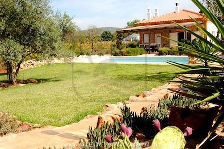 CHARMING 3 BED VILLA WITH PRIVATE POOL, BBQ & WIFI - Paderne - Hus