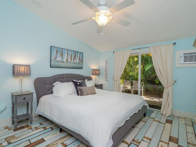 Quiet large bedroom near Siesta Key~FLAMINGO