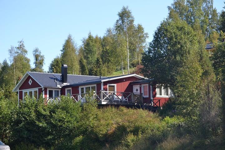 Ruim Zweeds  chalet direct aan meer