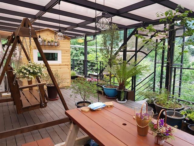 테라스에서 자연의 사계절을 감상할 수 있는 텃밭을 체험할 수 있는 주택