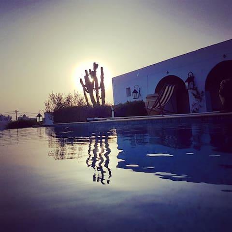 Bungalow dans villa avec piscine