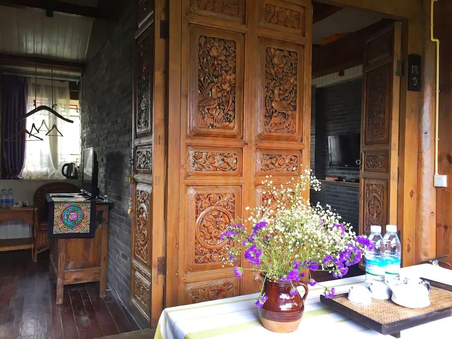 两间独立卧室直通门厅,关门互不打扰。