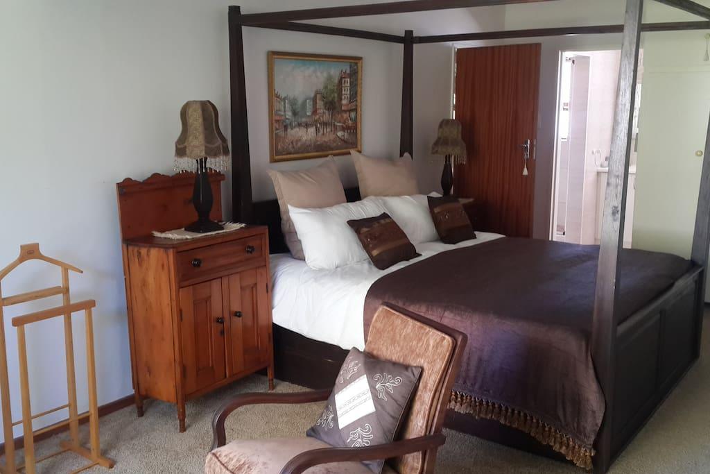 Bedroom 1 King Bed, en-suite bathroom