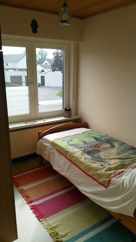 Small room in a warm house 30 mins by bus to Ghent