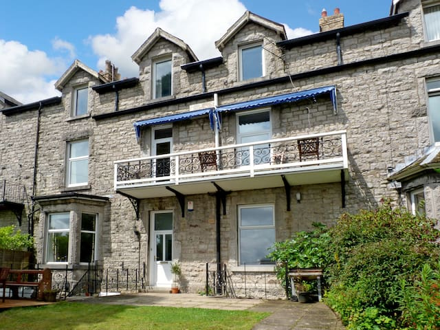 1 LINGFELL, pet friendly in Grange-Over-Sands, Ref 968237