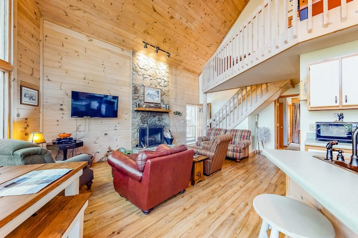 Beautiful mountain chalet w/ a private hot tub, wood fireplace, & free WiFi