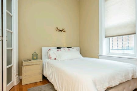Pretty 1 bedroom in beautiful Lincoln park flat. - Chicago