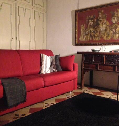 divano letto doppio in salotto